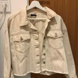 Säljer en helt oanvänd jeans jacka ifrån Trendyol. Köpte förra sommaren med den kom aldrig till användning så den är i gott skick. Köpt för 500kr
