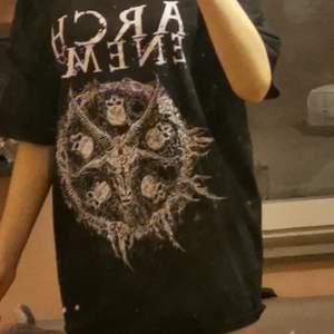 Säljer min arch enemy T shirt då jag inte lyssnar på bandet längre och inte använder den. Har knappt använt den original pris tror jag var ca 400-450 på mej som är 172 lång går den ner till halva mitt lår typ! Kan sänka priset vid snabb affär