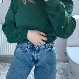Superfina högmidjade zara jeans, säljs inte längre på hemsidan. Köpte här på plick men de föll inte mig i smaken så säljer visare istället! Skulle säga att det är bra skick, de är avklippa där nere, skulle säga att de passar någon som är mellan 162-168 cm kanske🥰 Köp direkt för 200kr + frakt eller om det skulle vara fler intresserade blir det budgivning