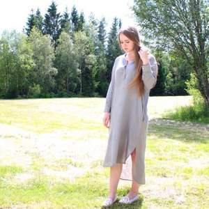 Superskön och luftig klänning från Vintage by Fe! Första bilden gör färgen mest rättvisa skulle jag säga. Det är en storlek XS men passar även dig som är en S :) Sorry för skrynklet på bild nr 2.. äger inget strykjärn hehe.