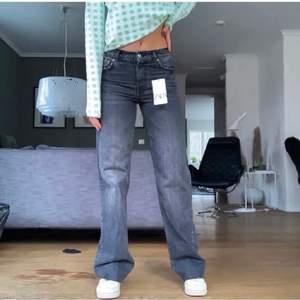 Populära zara jeans i storlek 34, sitter som ett par 36or. De är midwaist och avklippta så de passar alla längder upp till ca 170. Slutsålda på sidan. Köpta på plick men passade tyvärr ej så säljer vidare💕 hör av er för frågor! Obs lånad bild!💕 kan även tänkas bytas mot en annan storlek:)