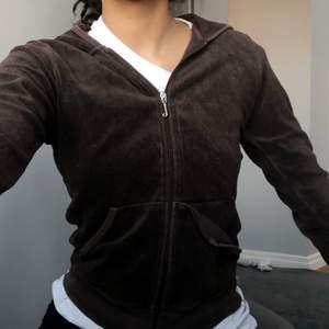 Jucy tröja men en ficka som är av, men väldigt lätt att sy till