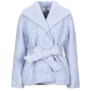 Super fin ljusblå GANNI jacka i Wool. Passar lika bra på vår/höst som vinter och han bäras utan bandet i midjan också för en mer rak siluett.