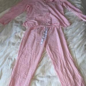 Säljer min söta pyjamas då den tyvärr blivit förliten🥰