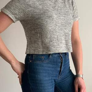 En cropped T-shirt från Divided H&M i storlek S.