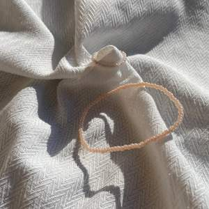 Egengjorda armband med tillhörande ring🤍 göras på beställnig så finns i alla storlekar och färger 🌸 Jag gör även halsband med tillhörande ring för 29 kr✨