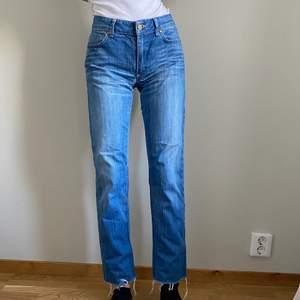 Ett par skitsnygga straight jeans köpta på second hand för 170kr. Märket är Hope och storleken är 29 i midjan🌞 säljer för att dom är för stora i midjan på mig då jag har strl27🥺