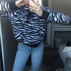 En jättefin huvtröja i zebra mönster i storlek M. Väldigt liten i storlek. Aldrig använd då jag föreslår lite större huvtröjor. Den har inte för tjock eller för tunt material. Utan helt perfekt och jätteskön😊