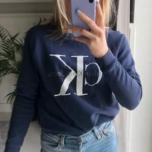 Sweatshirt/tjocktröja från Calvin Klein. Snygg och skön men kommer inte till användning. Köpt för 1000kr.