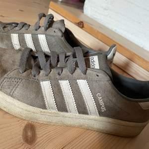 Adidas skor i mocca, behövs nya skosnören om man inte vill använda dom som slipons. 🦋