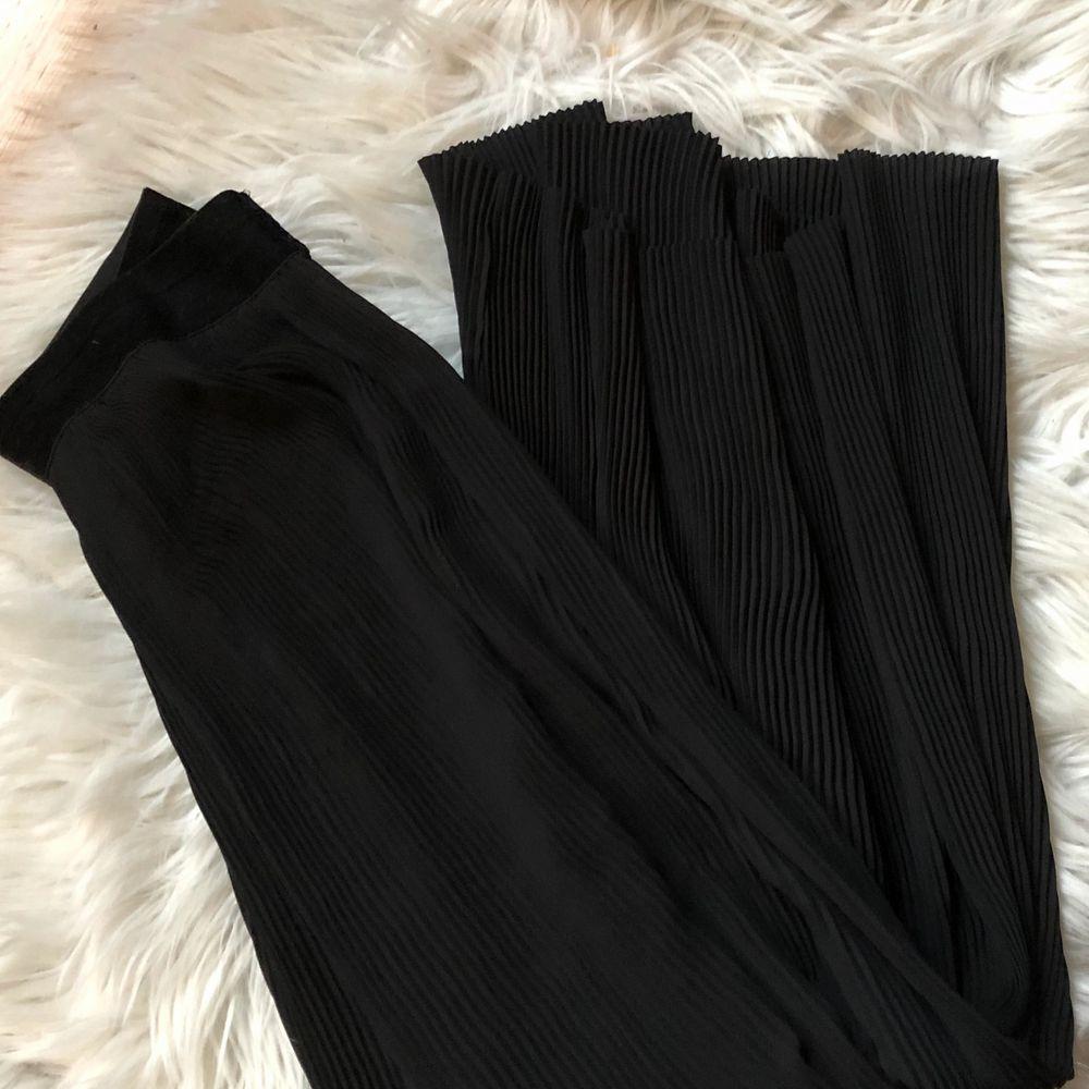 Dessa är väldigt gamla så har svårt att hitta dem på någon hemsida, korta i benen men tighta i midjan. Skickar bild med byxorna på om det önskas 🖤. Jeans & Byxor.