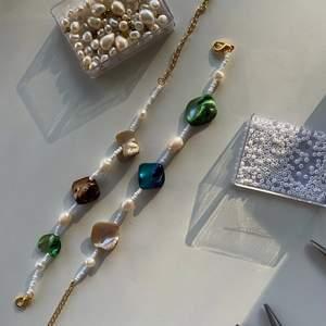 Armband av vintage äkta färgade sötvattenspälor! Finns ett begränsat antal så välj själv vilka färger du vill ha på ditt armband🤍🤍119kr st Kolla in @emmaxjewelry på Instagram!