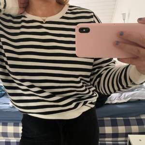 Sweatshirt från pull&bear, knappt andvänd, köparen står för frakt