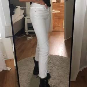 Vita dr denim jeans! W.26 så passar dig som har xs-s skulle jag säga! Superfin kvalitet, tjock material och verkligen inte genomskinliga!  Jag är 170!