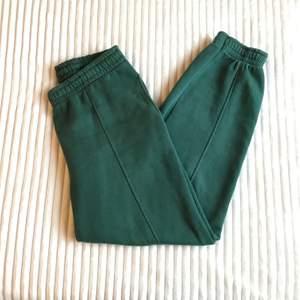 Ett par sweatpants i grön! Använt ett fåtal gånger och är därför i gott skick. Säljer eftersom de är för stora för mig. Buda i kommentarerna! Kontakta mig privat ifall du har frågor!
