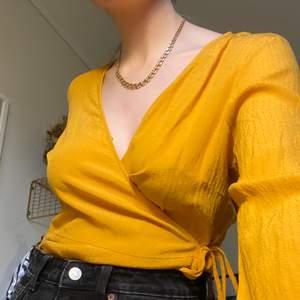 Gul omlott blus i storlek 42. Sitter lite fint oversized på mig som normalt har 36-38. Lite osäker på om jag vill sälja så kom gärna med bud. Bara att skriva för fler bilder