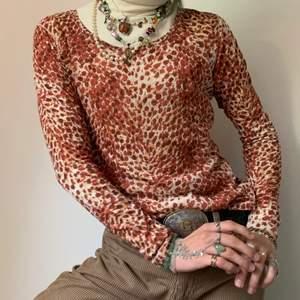 Vintage brun, orange och ljusgul/äggvit långärmad tröja med det coolaste mönstret någonsin (påminner om en blandning mellan ett blommigt mönster och ett djurmönster)! 🧶 Precis som på bilder är den så snygg till hösten med en polo under och ett par neutralt färgade byxor, ljusbruna, militärgröna, äggvita, you name it! Den är även så så snygg med en stor ljus flowig skjorta över med en mer avslappnad look! Jag älskar också detaljen att plagget har en ljusgul contrast stitching!