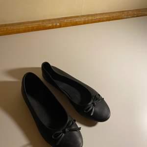 Säljer dessa svarta ballerinaskor i fakeskinn efersom jag inte använder dom längre!