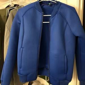 Säljer en perfekt höstjacka i den snyggaste färgen ifrån Benetton, hör av er för mer bilder och information. Använd ett fåtal gånger!☺️