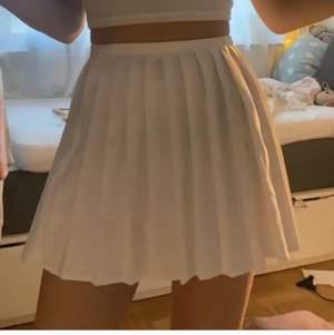 Säljer min vita tenniskjol då den inte kommit till användning på länge. Storleken är 34 eller xs och de är inte inbyggda shorts i kjolen💓