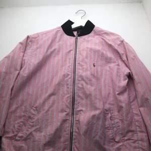 Unik Rosa ralp Laurent jacka som passar boxy I tyg. Jag hade på mig den innan men skulle uppskatta att det är en M/L i tjejstorlek