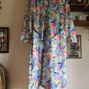 Häftig 80s städrocksklänning m skärp. Fint skick!! Uppskattar till stl M/40ish. Har axelvaddar, kan enkelt klippas bort om man vill. 200kr pp