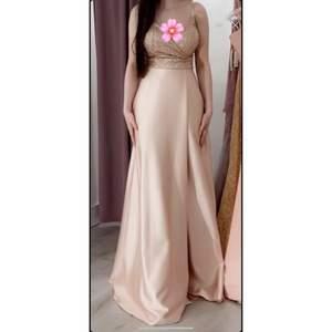 Otroligt fin festklänning som endast är använd en gång i ungefär 4 timmar på ett bröllop. Storlek: 34/36. Precis som ny. Säljer på grund av att jag inte använder den. Nypris: 3 000