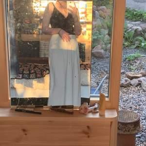 lång smutsvit kjol som ger mig fairy grunge, cottagecore och hippievibes. justerbar i midjan. pris kan diskuteras, står inte för frakt
