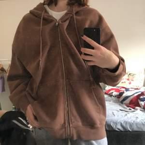 Säljer en brun baggy zip up hoodie från brandy mellvile!!