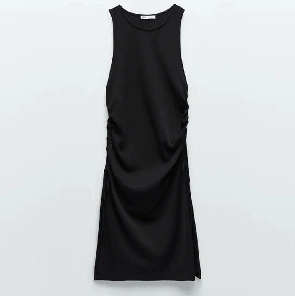 Ett helt nytt ribbstickat linne från Zara som jag använder som en klänning! Jättefin, går att justera längden i sidan! Passar xxs-s! Råkade beställa två stycken.. Klänningar.