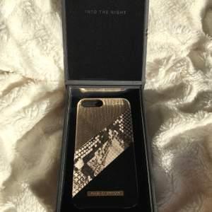 𝐈𝐝𝐞𝐚𝐥 𝐨𝐟 𝐬𝐰𝐞𝐝𝐞𝐧 (𝐌𝐀𝐑𝐈𝐆𝐎𝐋𝐃 𝐒𝐍𝐀𝐊𝐄 𝘐𝘯𝘵𝘰 𝘵𝘩𝘦 𝘯𝘪𝘨𝘩𝘵)             Passar: Iphone 8/7/6/6s PLUS.                                           Original pris: 599kr. Helt ny! Aldrig använd. Får med kvalitativ mobilskals låda med magnetisk stängning.