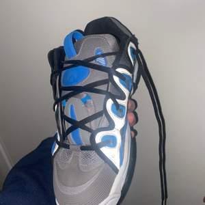 Osiris är en skate sko som kom ut 2001. Den är ganska svårt att få tag på just denna modellen. Nypris 1500 box och kvitto medföljer.