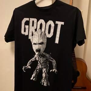 Svart Groot t-shirt, från guardians of the galaxen (marvel filmerna alltså) i storlek S, men lite stor i storleken. Aldrig använd:) Köpare betalar frakt.