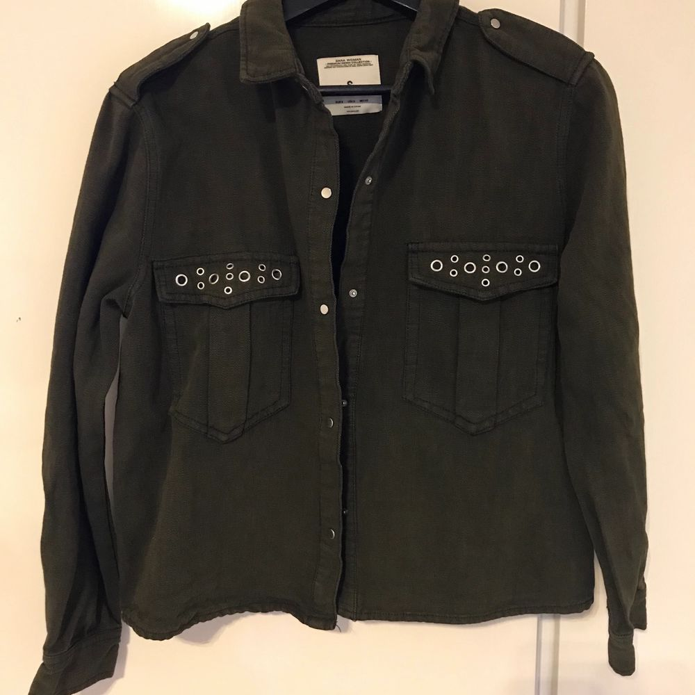 army green jacket with silver dilates size s. Jackor.