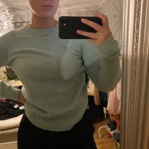 Denna mintgröna skickade tröjan är verkligen så mysig och skön. Tröjan är från Vero Moda och är bara använd ett få antal gånger och är som ny!🤩 Passar också på dem som bär XS men även dem som bär M. Köparen står för frakten❤️
