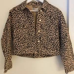 Jättesnygg jacka med leo-print inköpt på Gina tricot. Använd endast en gång. Storlek S, men passar från XS-M.