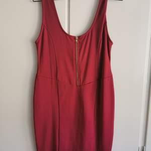 Röd slinky klänning i stretchigt material. Aldrig använd. Ganska öppen rygg. NellyTrend. storlek L. 50kr.