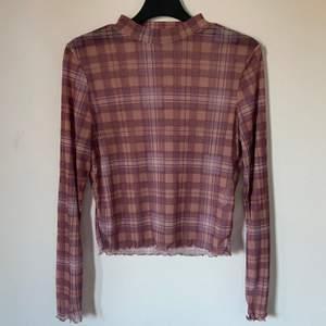 """Rutig mesh tröja som jag köpt här på Plick, men säljer vidare eftersom den var lite för kort i ärmarna på mig som vanligtvis brukar ha M, den har två """"revor"""", en där bak och en där fram men det är inget man tänker på, köpare står för frakten"""