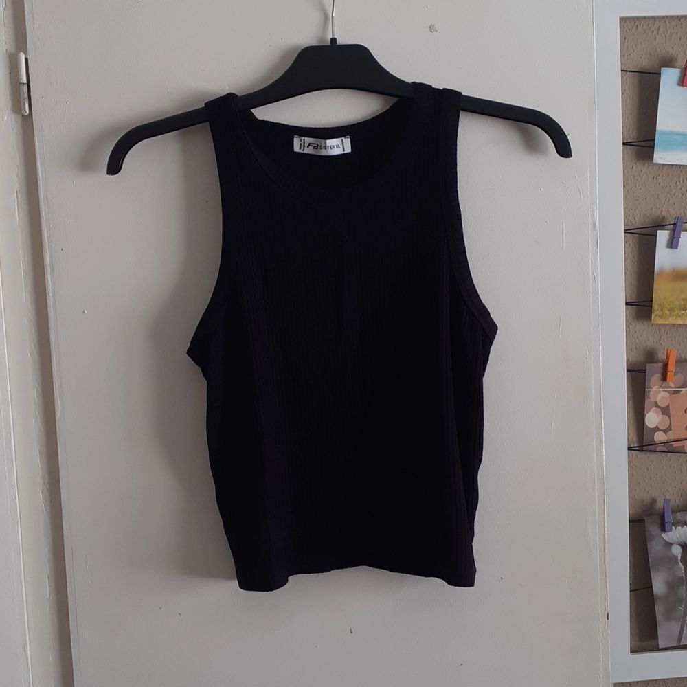 En svart kroppat tröja från New Yorker som aldrig har kommit till användning och som är i fin skick💕 köpt i XL för att den ska vara lite längre.                          (Köparen står för frakten). Toppar.