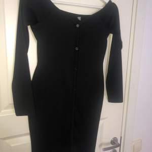 Nyskick klänning svart med knappar längs framsidan