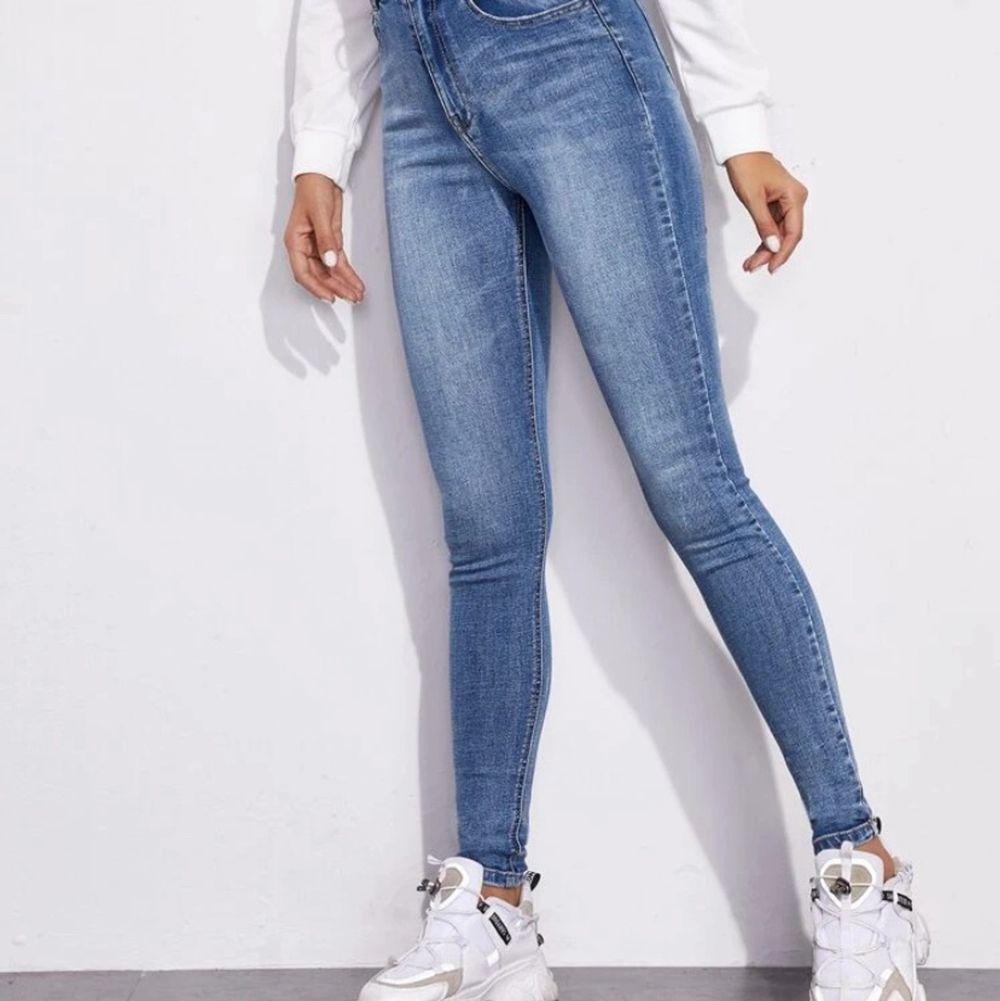 Säljer dessa jeans jag köpte från shein då de tyvärr var för stora på mig vid midjan :/ köptes för 219kr. Jeans & Byxor.