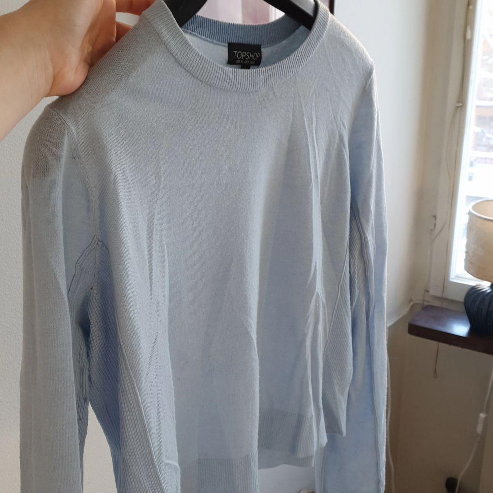 Tunn lite kortare ljusblå tröja. Från Topshop.. Tröjor & Koftor.