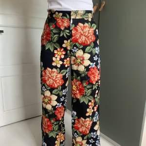 vida byxor från Zara i storlek S, uppsydda för att passa mig som är 165 cm lång, köparen står för frakten