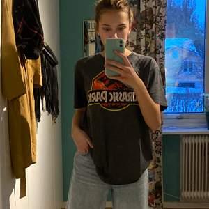 """retro t-shirt med """"Jurassic park"""" tryck, köpt i Miami. Storlek L men passar mig som är XS/S. buda"""