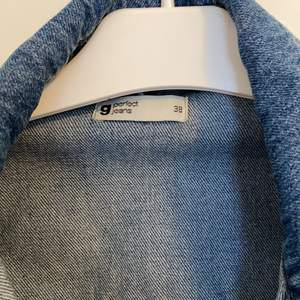 Fin jeansjacka från Ginatricot. Endast använt 3 gånger så den är i väldigt bra skick. Väldigt true to size