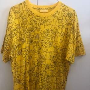 En Simpsons t-shirt från Carlings herr avdelning. Köpt för två år sedan, men bara använt 2 gånger.  Klippt bort storlekslappen, men skulle tro att det är en M. Frakten ingår i priset. Vid fler intresserade blir det budgivning.