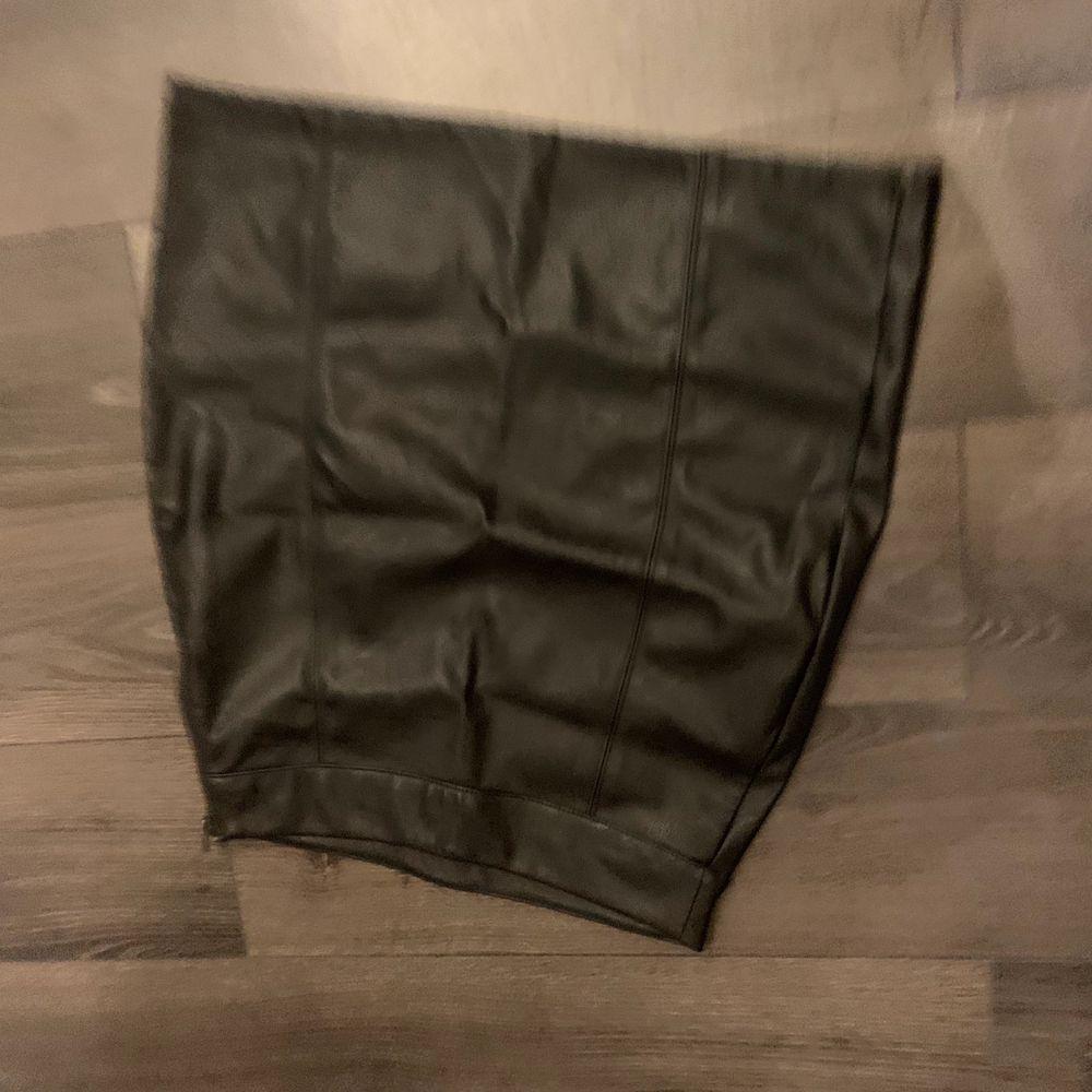 Tajt läderkjol från Gina tricot. Bilden blev tyvärr suddig & uppochner. Kan skicka ny. . Kjolar.