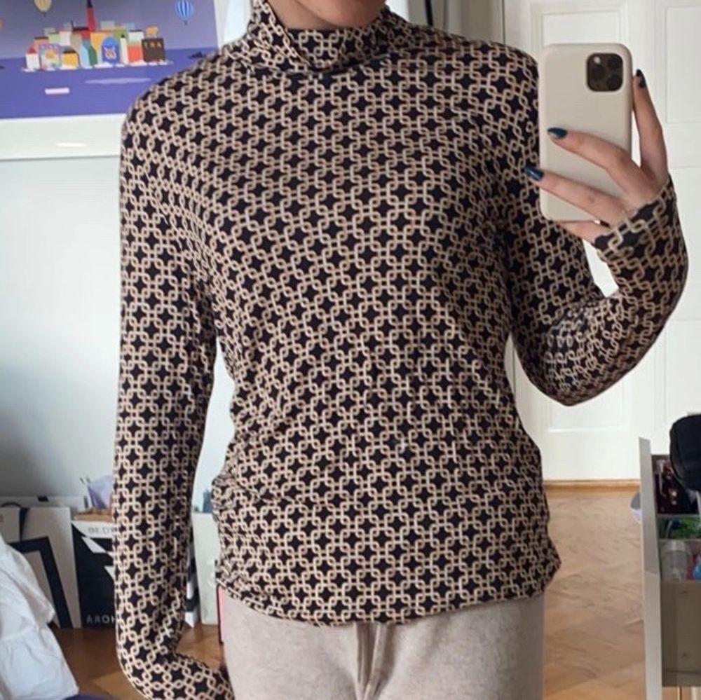Säljer denna otroligt sköna och snygga tröja från Richard Allan X hm kollektion. Passar mig som ofta har S/M men passar över också. Toppar.
