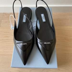 Säljer dessa helt oanvända Prada slingback från årets säsong. Kvitto och box medföljer. Storlek 39. Nypris: 6800kr.