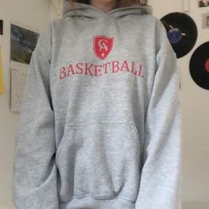 grå hoodie med basket-collegetryck på, från gildan. vintage och köpt på beyond retro för 450kr. frakt tillkommer/kan mötad upp i sthlm